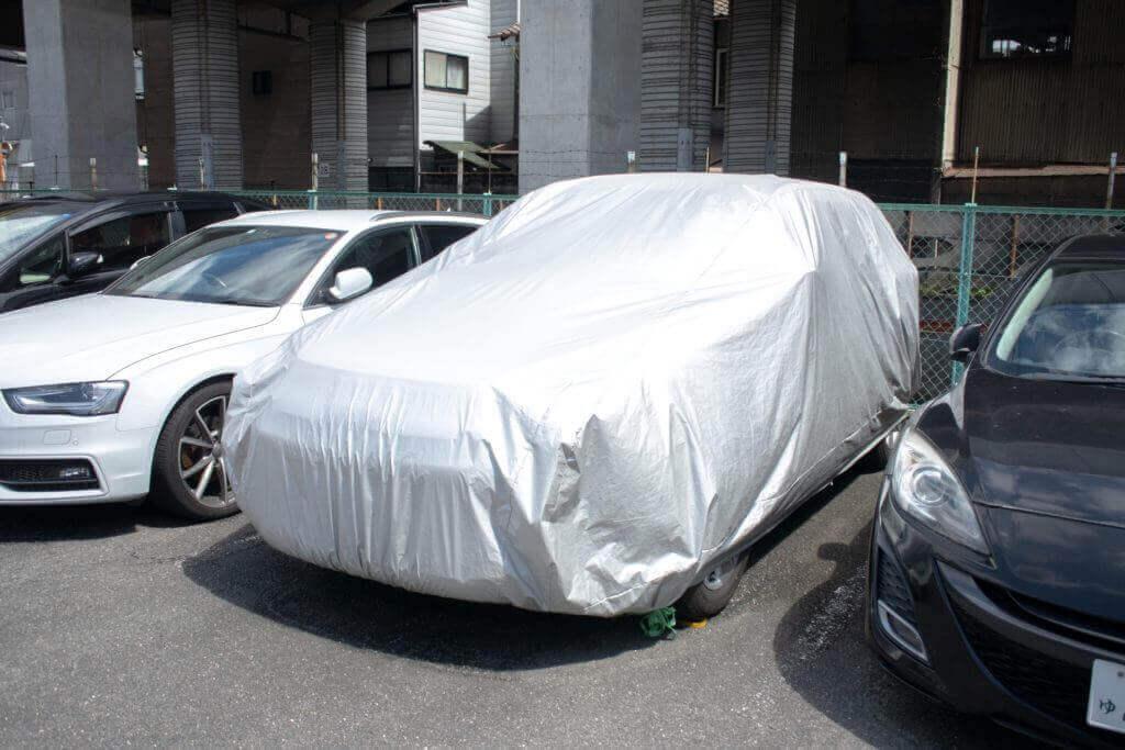 車にカバーしてネコの侵入を防ぐ